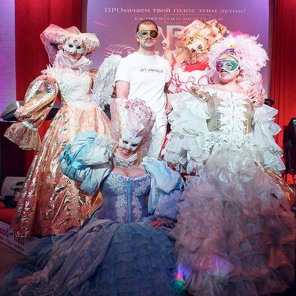 Поздравление в платьях с кринолинами - номер-сюрприз