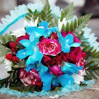 Букет невесты из голубых орхидей и розовых роз