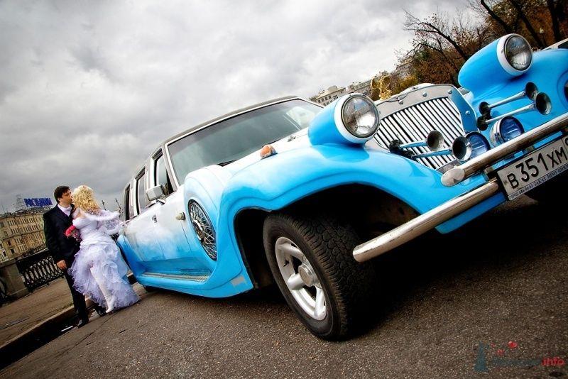 """Бело-голубой """"Excalibur Phantom"""" на фоне осеннего пейзажа и"""