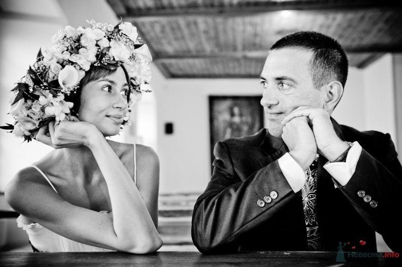 Жених и невеста с венком на голове сидят за столиком - фото 47799 Цирца