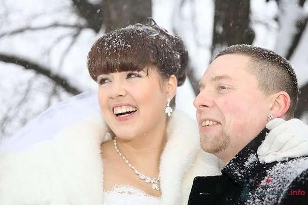 Жених и невеста, прислонившись друг к другу, стоят на фоне заснеженных деревьев - фото 62175 Koshka_Lu