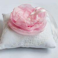 Белая подушечка с розовым пионом