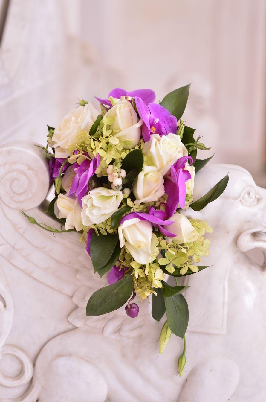 каскадный букет невесты из сиреневых орхидей, белых роз и эустом, дополненный зеленью  - фото 799173 Buketnevesty - флористика