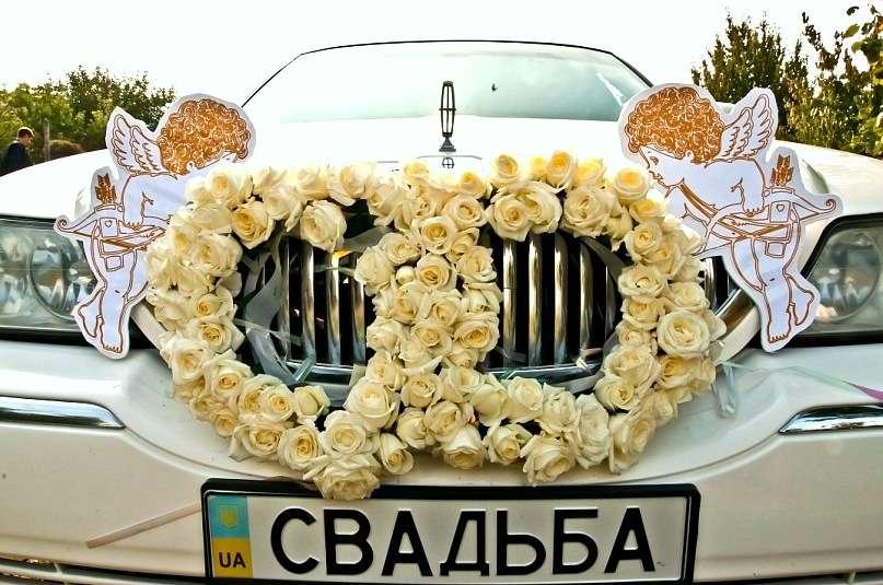 Белый автомобиль, украшенный кольцами из белых роз и ангелочков. - фото 803433 Buketnevesty - флористика