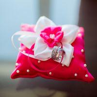 Розовая подушечка с белым цветком