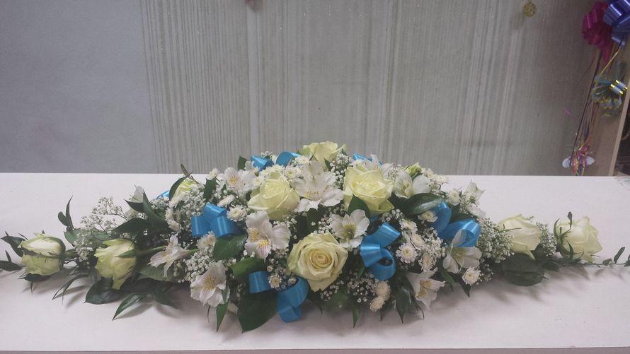 Композиция из кремовых роз, белых альстромерий, веточной хризантемы, гипсофилы и зелени, украшенная голубыми лентами.  - фото 2587473 Цветочный магазинчик - услуги оформления