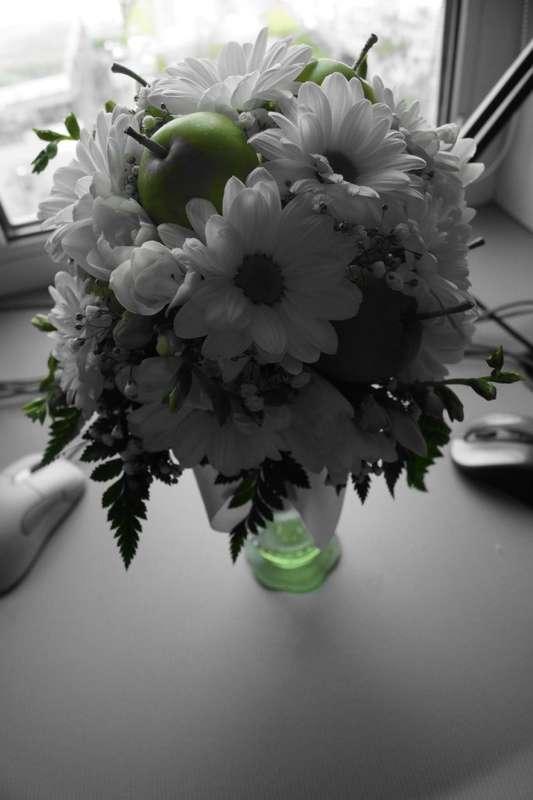 Букет из белой ромашковой хризантемы, гипсофилы, фрезии, зеленых яблок и папоротника.  - фото 2587687 Цветочный магазинчик - услуги оформления