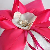 Подушечка для колец с ярким бантом и цветком орхидеи