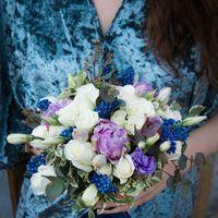 Возраст невесты при выборе свадебного букета также очень важен. Для юной девушки следует выбирать романтические и легкомысленные цветы светлых тонов.