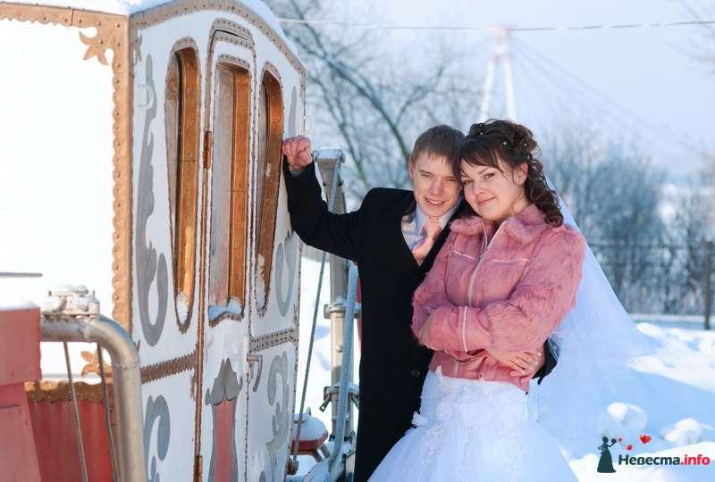Жених и невеста, прислонившись друг к другу, стоят на фоне кареты - фото 90933 *сладкая Аленка*