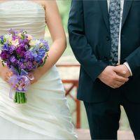Жених и невесты с букетом в сиреневых тонах из тюльпанов, фрезий и фиалок