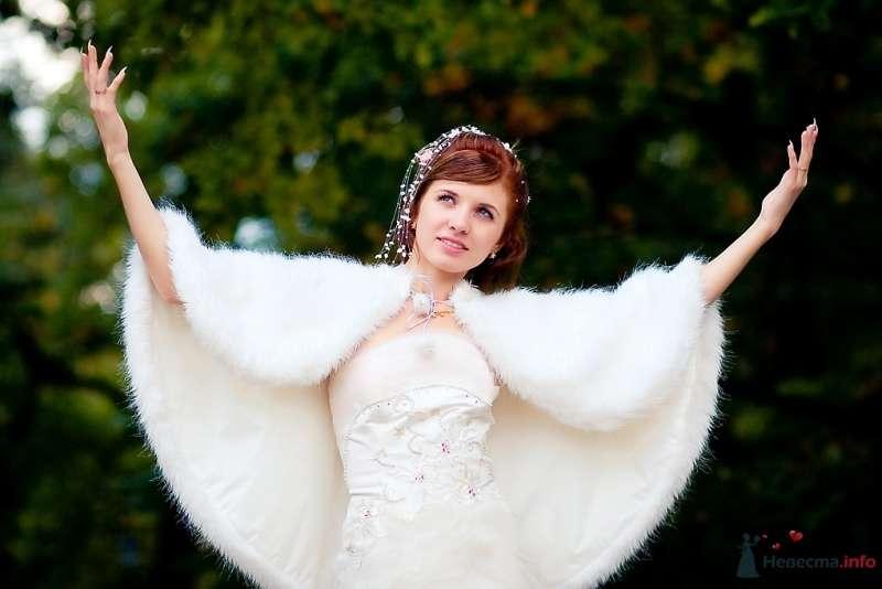 На плечах невесты белая меховая накидка округлой формы  - фото 51704 Sunny-Angel