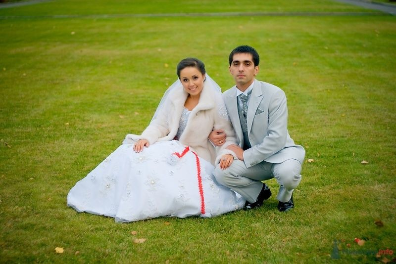 Жених и невеста сидят, прислонившись друг к другу, на траве в парке - фото 51826 Sunny-Angel