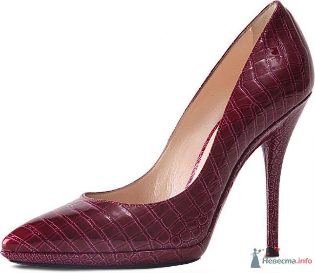Бордовые под кожу крокодила туфли на высоком каблуке с открытым носком. - фото 65530 FALLINLOVE