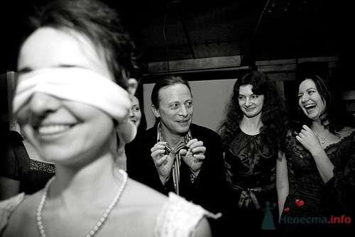 Бросание букета невестой на свадебном банкете - фото 12622 Фотограф Владимир Будков