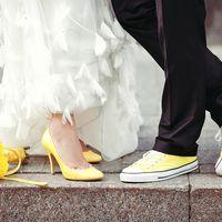 Букет невесты из желтых астр и желтая обувь жениха и невесты