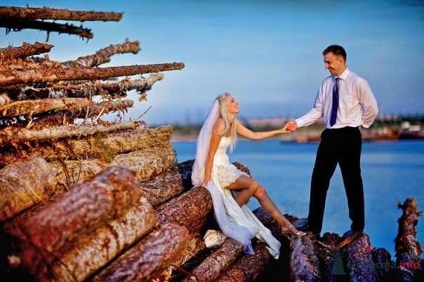 Жених и невеста, взявшись за руки,  на фоне озера  - фото 54794 Свадебный распорядитель - Бедрикова Оксана