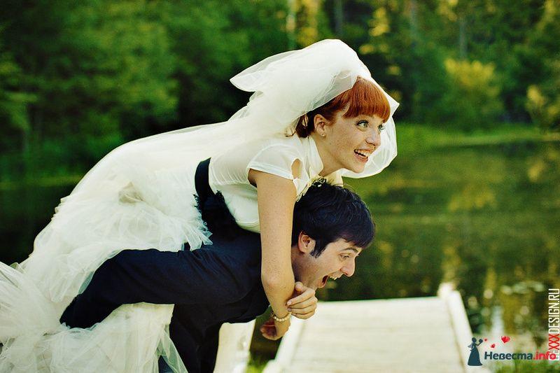 Жених держит на спине невесту возле озера в лесу - фото 98625 Chanel№5