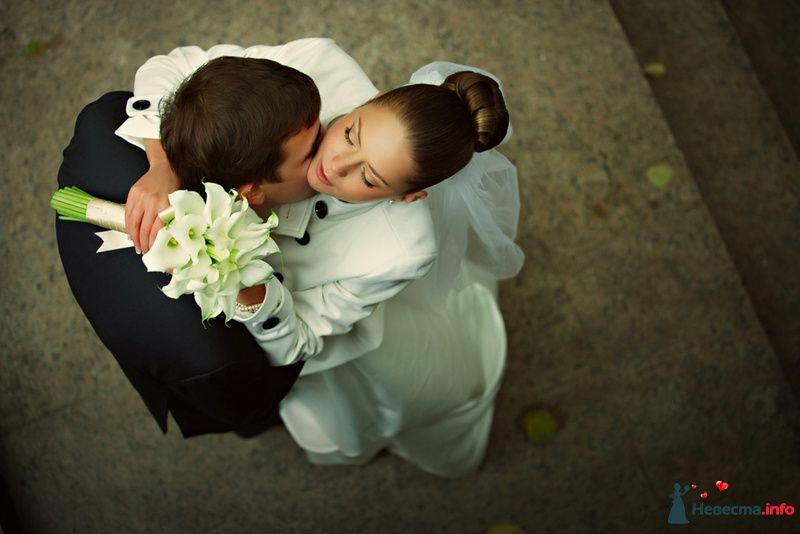Жених и невеста сидят, прислонившись друг к другу, у нее в руках букет цветов - фото 98646 Chanel№5
