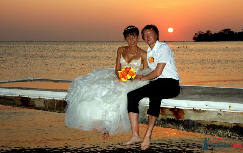 Жених и невеста сидят, прислонившись друг к другу, на морском берегу - фото 97781 trashprincess