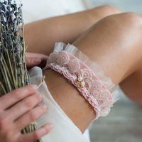 Подвязка 890 р. Бархатная тесьма розового оттенка, с плетеным кружевом цвета айвори.