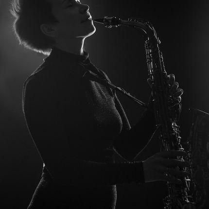 Выступление саксофонистки, 1 час