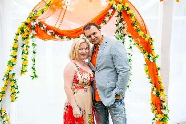 С моей великолепной соведущей Аленой Дербиной - фото 17364012 Ведущий Саша Апельсин