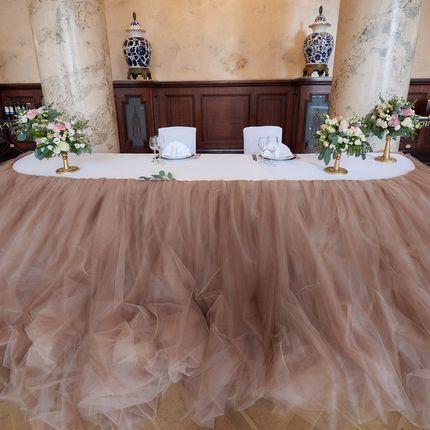 Оформление президиума - пышная зефирная юбка на стол молодоженов