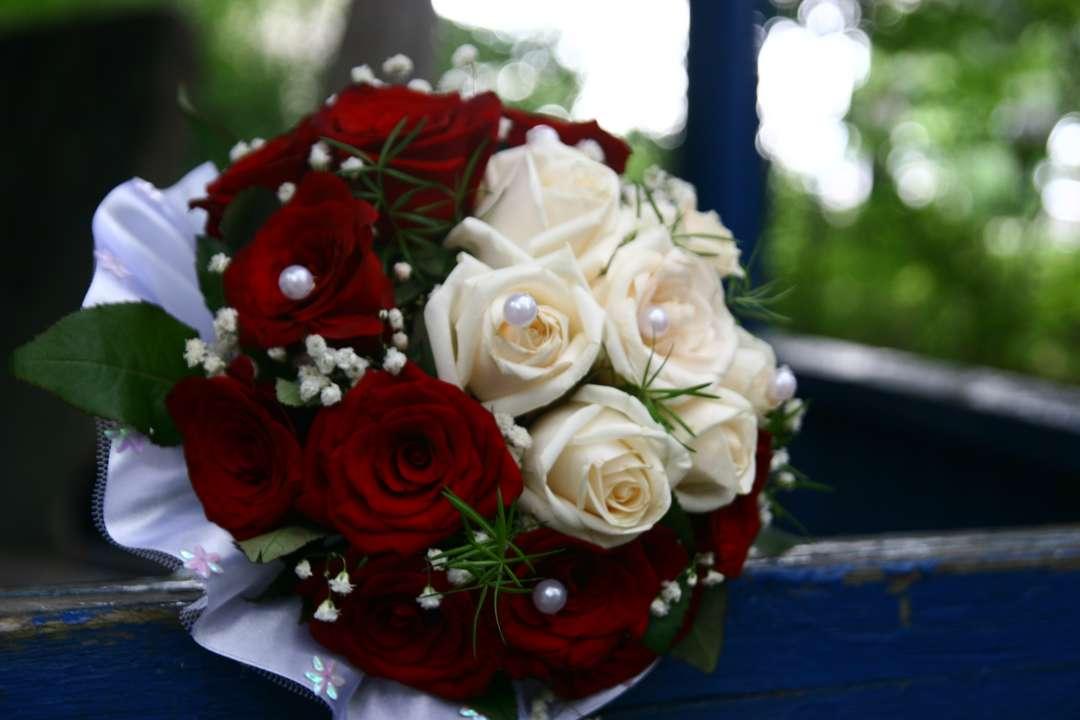 Свадебный букет из белых и красных, букеты