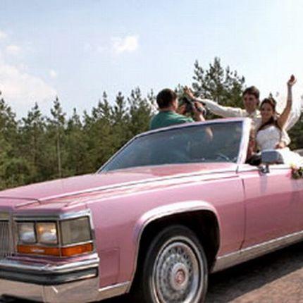 194 Ретро автомобиль Cadillac Fleetwood cabrio розовый в аренду
