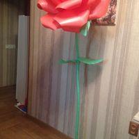 Роза на стойке в оформлении
