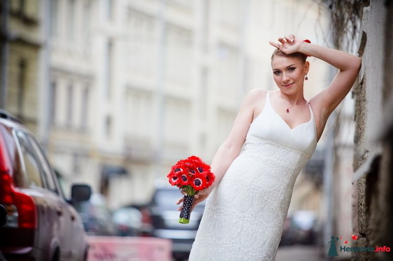 Букет невесты из красных маков, завязанный черным кружевом