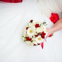 Букет невесты из белых гербер и красных роз