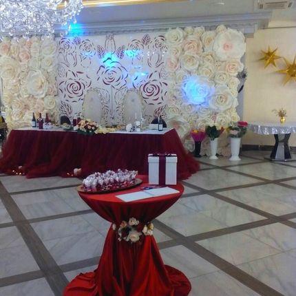 Оформление зала с большими цветами