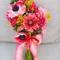 Розово-желтый букет невесты из анемонов и астр