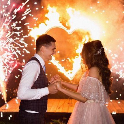 Танец на фоне горящего сердца и пиротехнических фонтанов