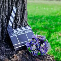 Сиреневый букет невесты и режиссерская табличка