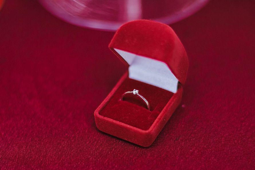 фото обручальное кольцо в коробочке