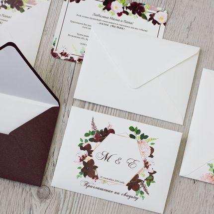 Приглашение в дизайнерской конверте с бумажным лайнером
