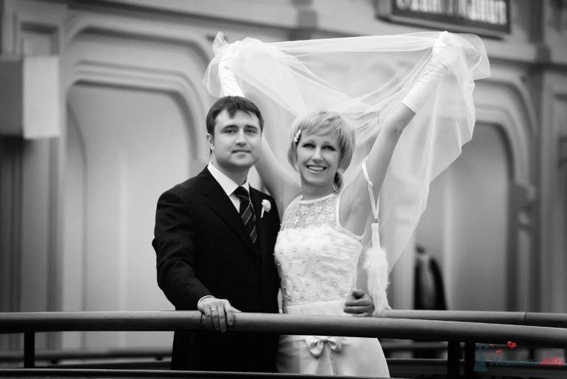 Жених и невеста стоят, прислонившись друг к другу, возле здания - фото 58159 lanusya