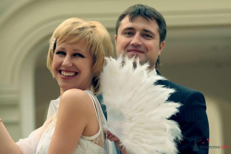 В руках жениха веер из белых перьев - фото 58163 lanusya