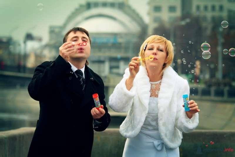 Жених и невеста пускают мыльные пузыри - фото 58164 lanusya