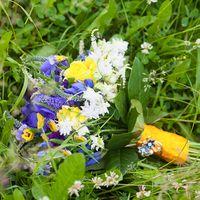 Летний букет невесты из фиалок и роз