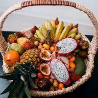 Подарочная корзина с экзотическими фруктами