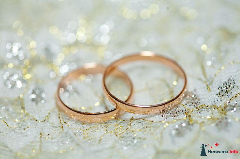 Золотые кольца, выполненные в классическом стиле на фоне белой ткани с люриксом. - фото 132661 Zmeyka
