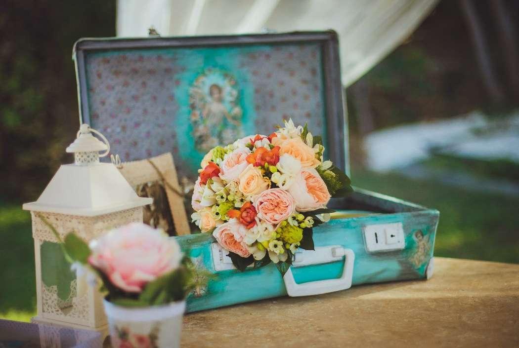 Букет невесты в круглом стиле из оранжевых и розовых роз, белых фрезий и орнитогалума  - фото 2818787 Sunny Cyprus Wedding