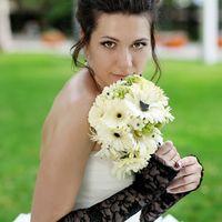 Образ невесты в бело-черном цвете с букетом невесты из гербер