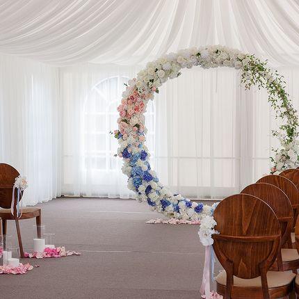 Круглая арка с декоративными цветами