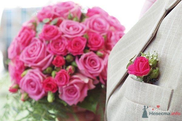 Бутоньерка из красной розы и белой гипсофилы, в петлице пиджака - фото 65214 Лавинка