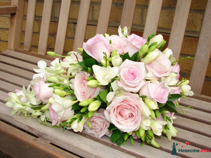 Каскадный букет невесты из зелени, белых фрезий и розовых роз